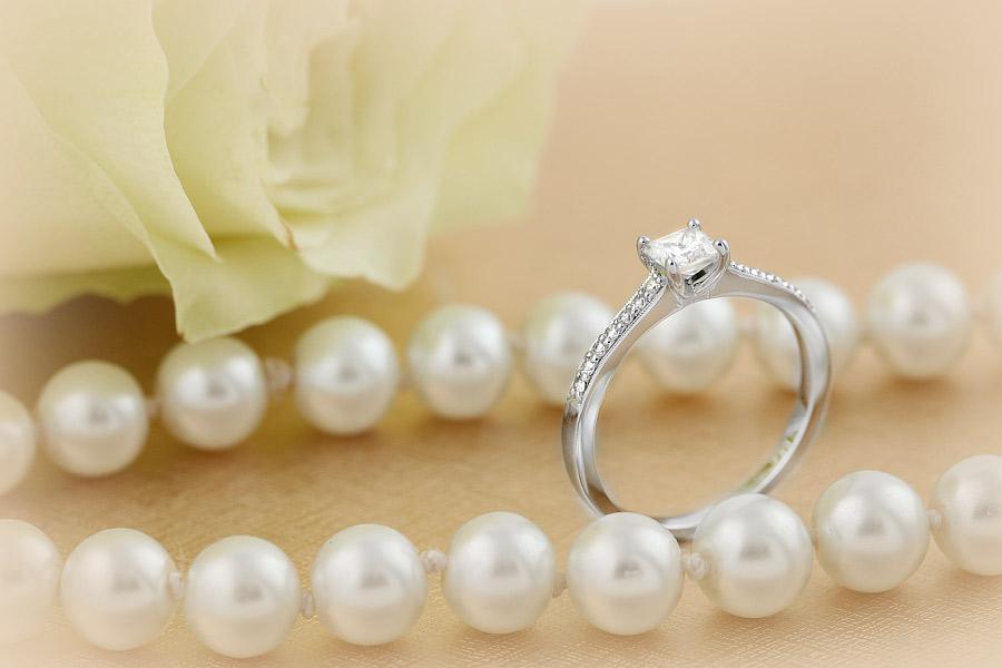 Solitär Verlobungsring mit Schultern für Dame in 18kt Weißgold mit einem Princess Schliff Diamanten und 7 Brillanten auf beiden Schultern-img1