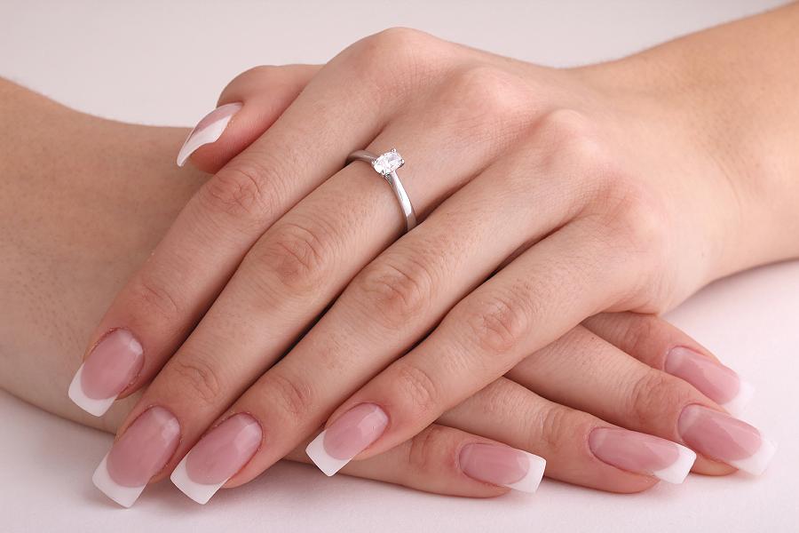 Solitär Verlobungsring für Dame in Platin mit einem ovalen Diamanten in 4er Krappenfassung-img1
