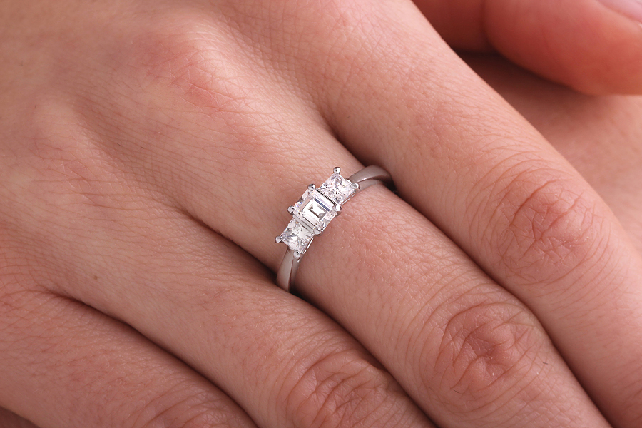 Inel de logodna/Inel cu 3 Diamante Dama Aur Alb 18kt cu un Diamant Forma Smarald si 2 Diamante Princess in Setare Gheare-img1