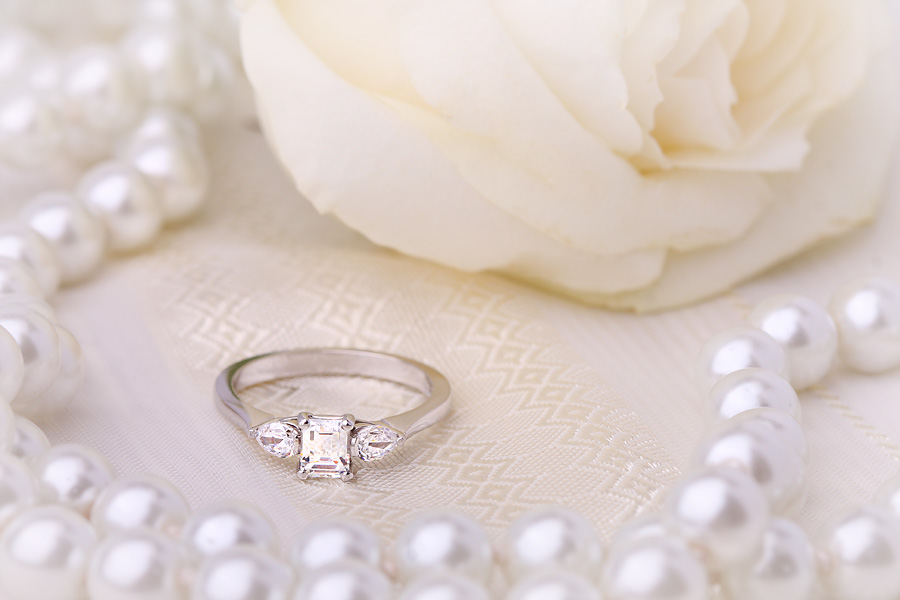 Inel de Logodna cu 3 Diamante Dama Aur Alb 18kt cu Diamant Central Forma Smarald si 2 Diamante in Forma de Para in Setare cu Gheare-img1