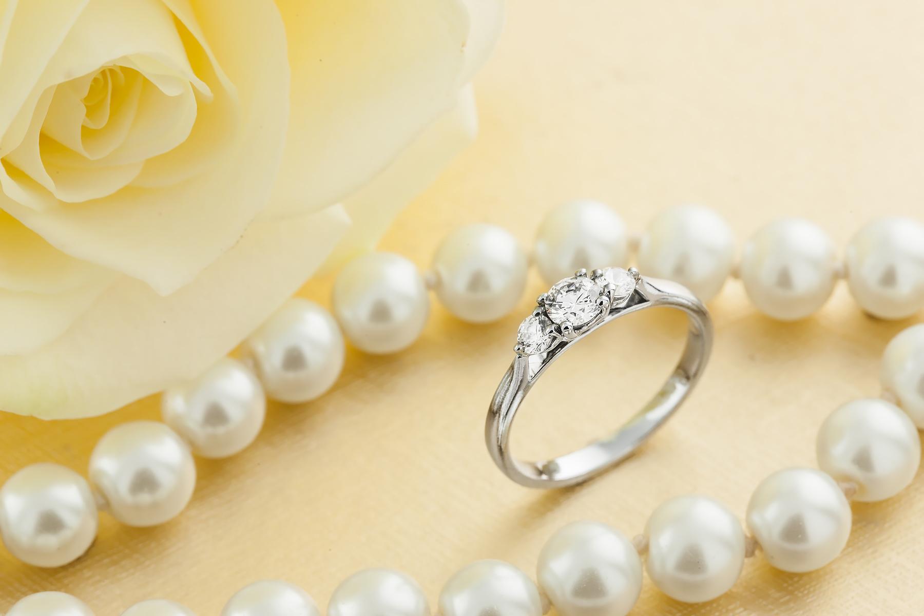 Inel de logodna/Inel cu 3 Diamante Dama Aur Alb 18kt cu Trei Diamante Rotund Briliant in Setare cu Gheare-img1