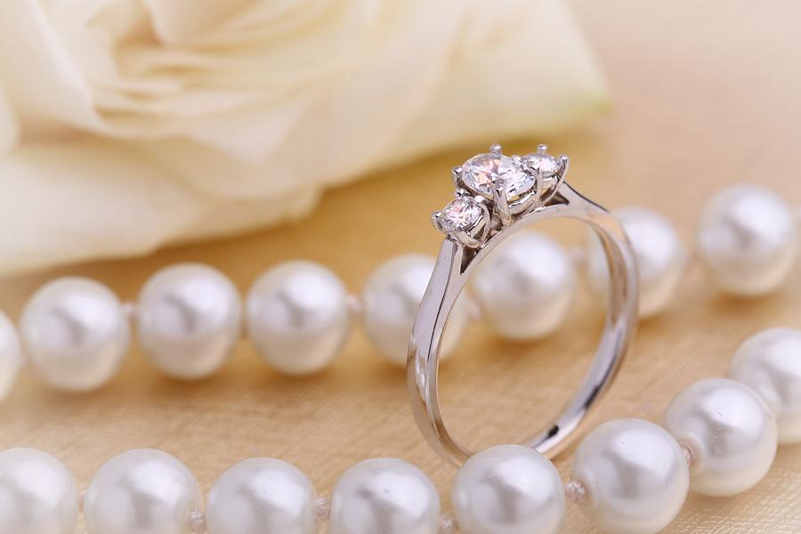 Inel de Logodna cu 3 Diamante Dama Aur Alb 18kt cu un Diamant Oval in Centru si Diamante Rotund Briliant pe Fiecare Parte in Setare Gheare-img1