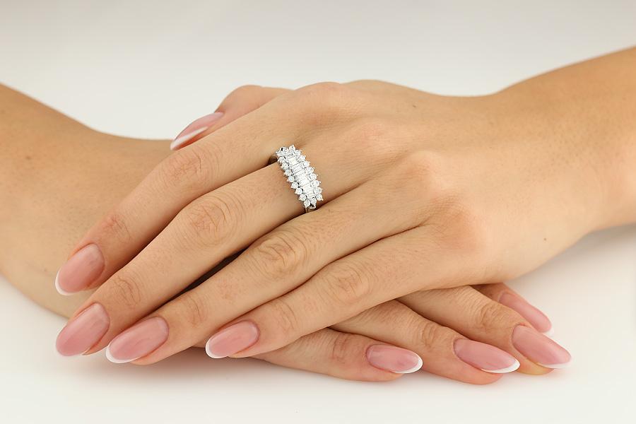 Cocktail Ring mit Diamanten für Dame in 18kt Weißgold mit 7 Baguette Schliff Diamanten und 20 runden Brillanten-img1