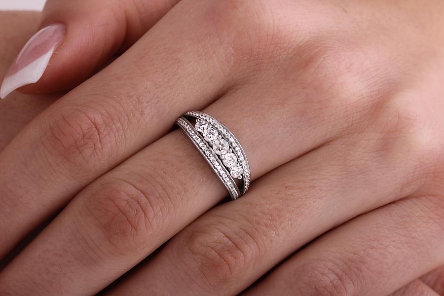 Inel de Logodna cu Mai Multe Diamante Dama Aur Alb 18kt cu 5 Diamante Rotunde Briliant in Centru si 29 Diamante Rotunde pe Fiecare Parte in Setare Gheare-img1
