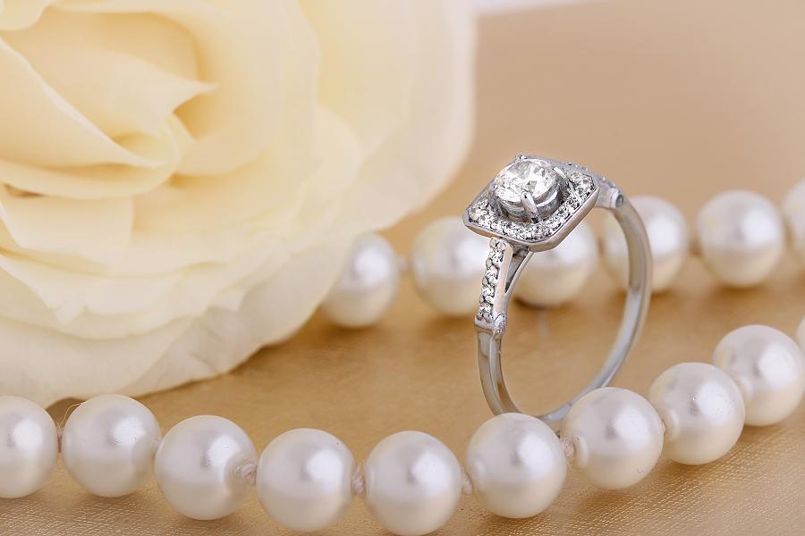 Inel de Logodna Solitaire cu Diamante Mici pe Lateral Dama Aur Alb 18kt cu Diamant Rotund Briliant in Centru si Diamante Mici Rotunde Imprejur-img1