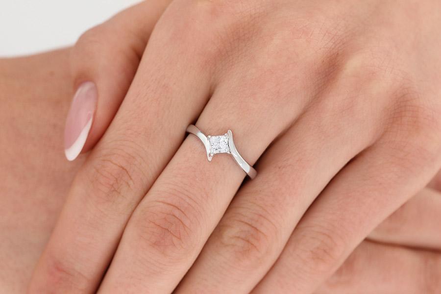Solitär Verlobungsring für Dame in 18kt Weißgold mit einem Princess Schliff Diamanten in Krappenfassung, Twist-Ring-img1