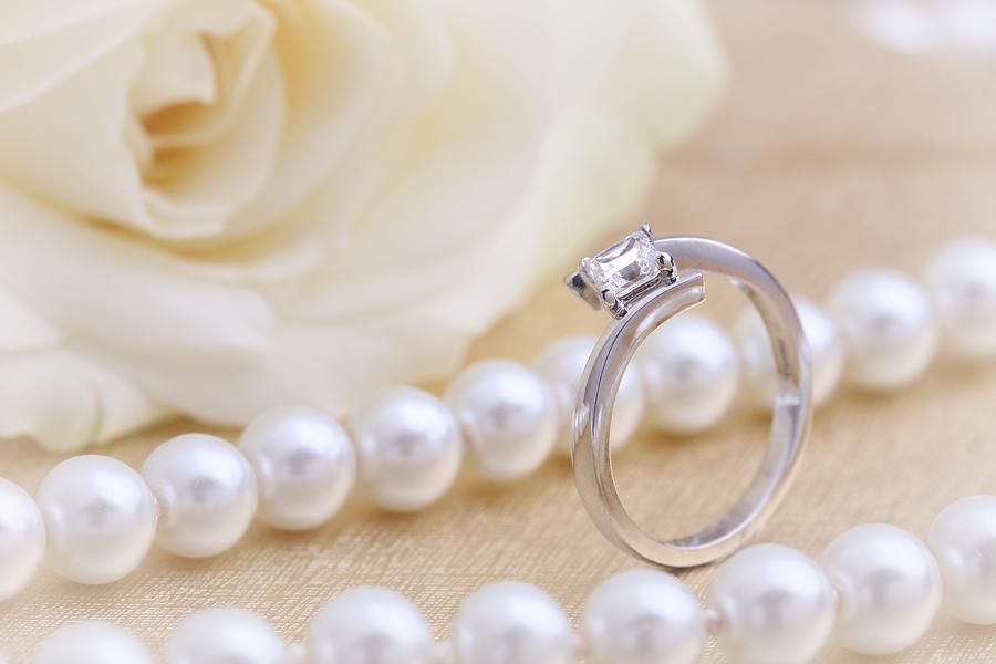 Inel de Logodna Solitaire Dama Platina cu un Diamant Princess Forma Patrata in Setare Gheare, Stil Rasucit-img1