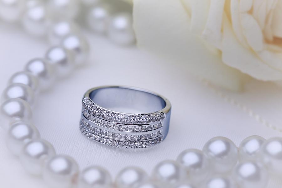 Cocktail Ring mit Diamanten für Dame in 18kt Weißgold mit 2 Reihen Princess Schliff Diamanten und runden Brillanten auf den Seiten-img1