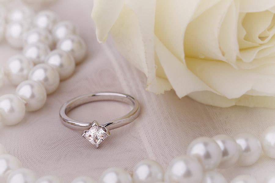 Inel de Logodna Solitaire Dama Aur Alb 18kt cu un Diamant Princess Setat cu Gheare, Inel Stil Twist-img1