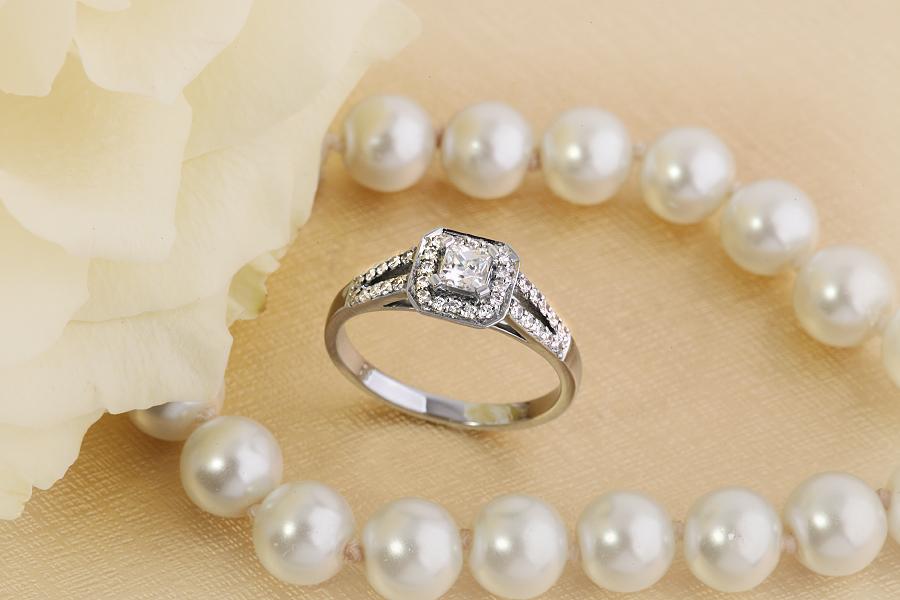 Inel de logodna cu Diamante Dama Aur Alb 18kt cu Diamant Central Princess Inconjurat de Diamante Rotund Briliant Mici-img1