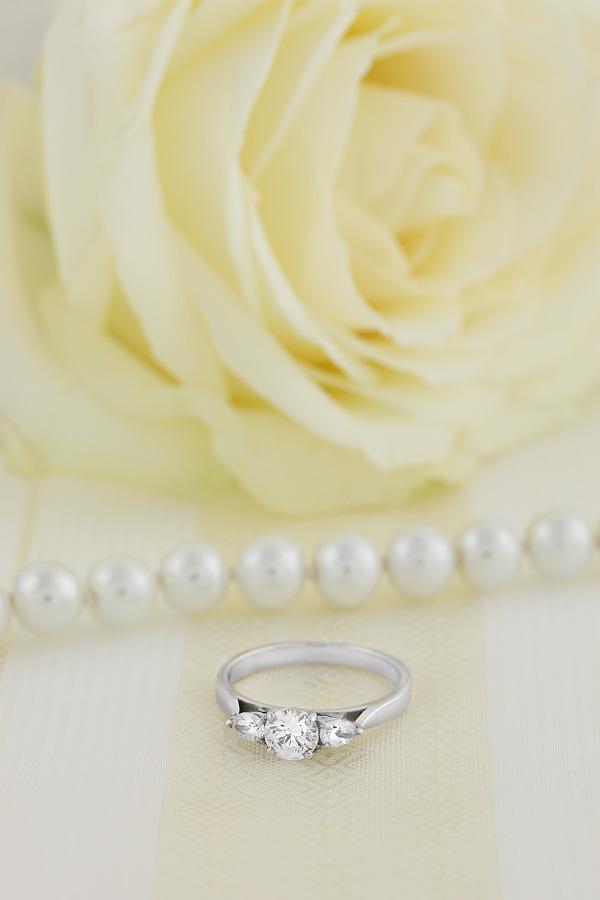 Inel de Logodna cu 3 Diamante Dama Aur Alb 18kt cu un Diamant Central Rotund Briliant si Diamante in Forma de Para in Setare Gheare pe Fiecare Parte-img1