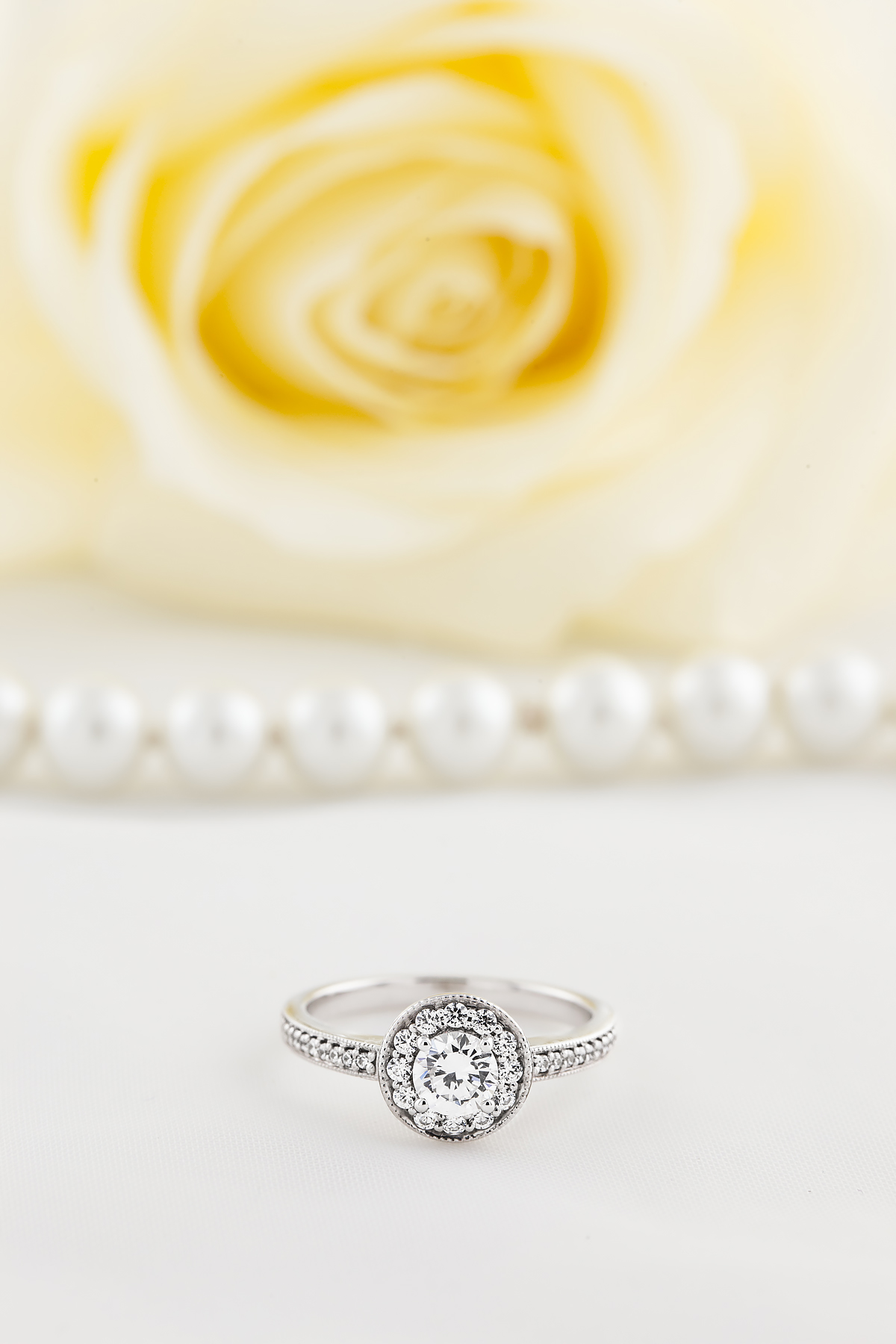 Inel de Logodna Solitaire cu Diamante Mici pe Lateral Dama Platina cu un Diamant Rotund Briliant in Setare 4-Gheare inconjurat de Diamante Rotunde Briliant Mici-img1