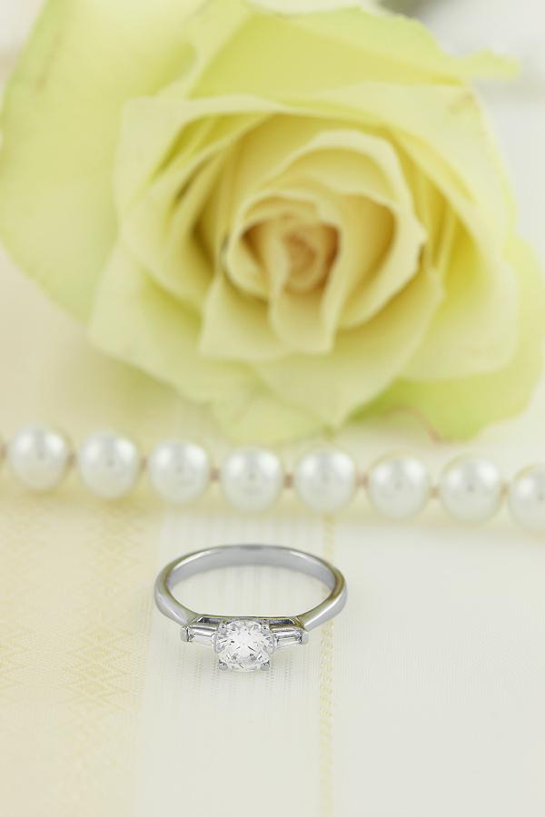 Inel de Logodna cu 3 Diamante Dama Aur Alb 18kt cu un Diamant Central Rotund Briliant si Diamante Bagheta pe Fiecare Parte-img1