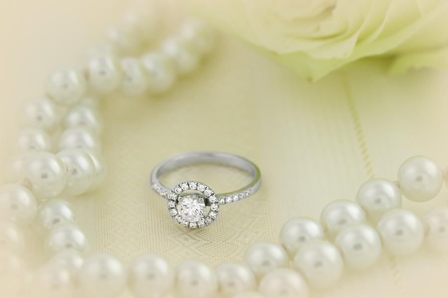 Inel de Logodna Solitaire cu Diamante Mici pe Lateral Dama Aur Alb 18kt cu un Diamant Rotund in Setare Rub Over si Diamante in Setare Gheare pe Lateral-img1