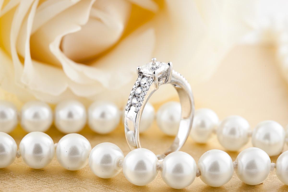 Inel de Logodna Solitaire cu Diamante Mici pe Lateral Dama Aur Alb 18kt cu Diamant Central in Forma Princess si Diamante Rotund Briliant pe Margini in Setare Gheare-img1