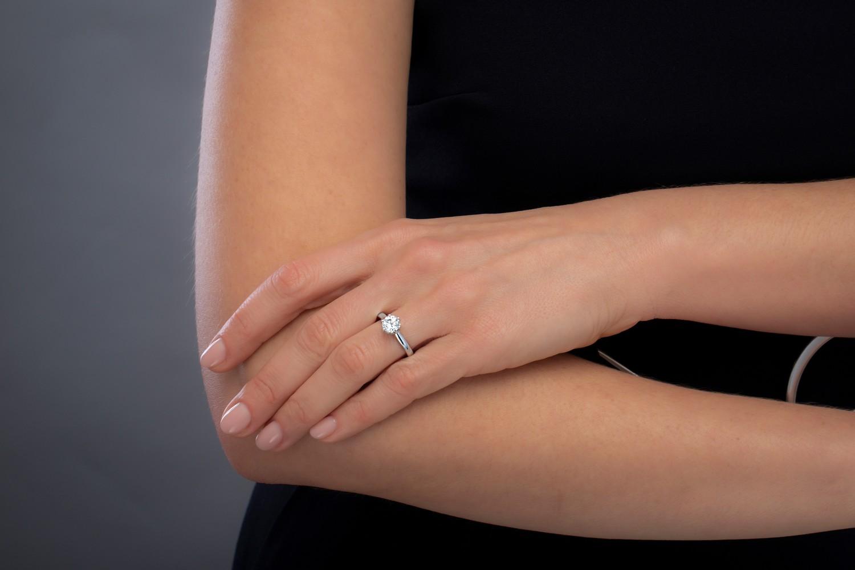 Solitär Verlobungsring für Dame in 18kt Weißgold mit rundem Brillantschliff Diamanten in klassischer Krappenfassung-img1