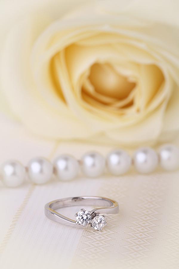 Inel de Logodna Solitaire Dama Aur Alb 18kt cu 2 Diamante Rotund Briliant in Setare Gheare-img1
