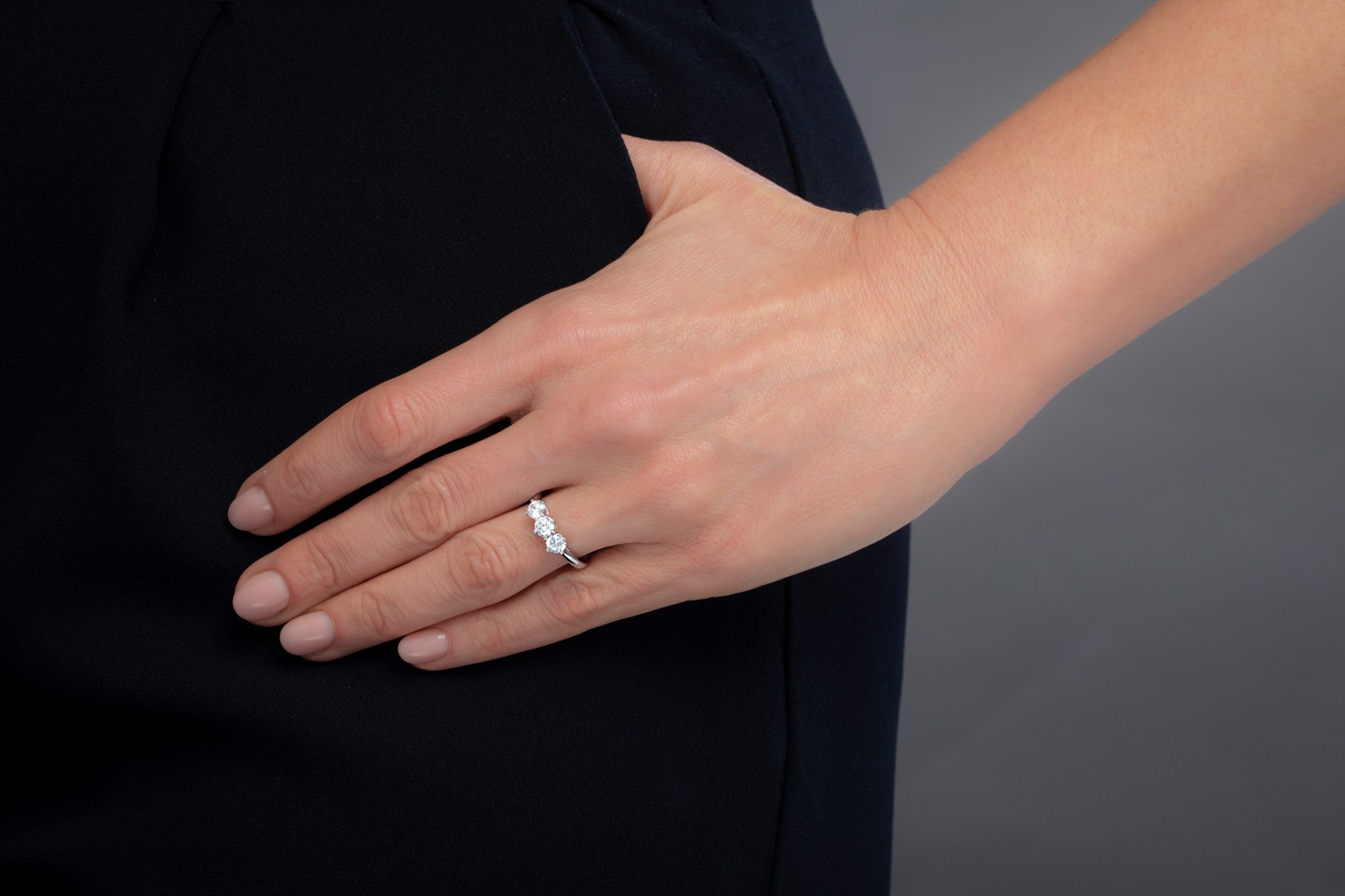 Three Stone Ring/Engagement Ring for women in 18ct white gold with 3 round brilliant cut diamonds in a claw setting-img1