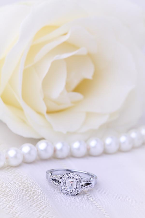 Cocktail Ring mit Diamanten/Verlobungsring im Cluster Stil für Dame in 18kt Weißgold mit einem Smaragd Schliff Diamanten umgeben von runden Brillanten-img1