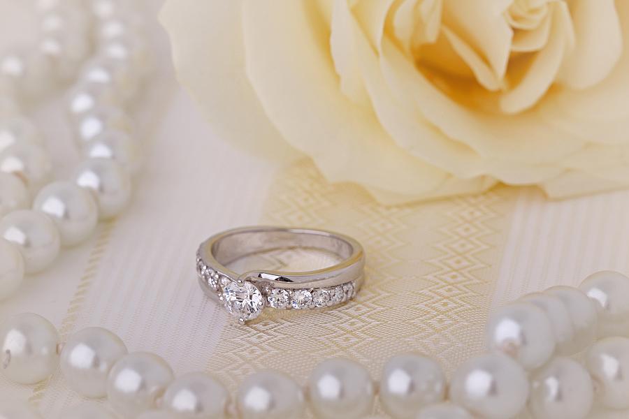 Inel de Logodna Solitaire cu Diamante Mici pe Lateral Dama Aur Alb 18kt cu Diamant Central Rotund Briliant si cate 5 Diamante Rotund Briliant pe Fiecare Parte-img1