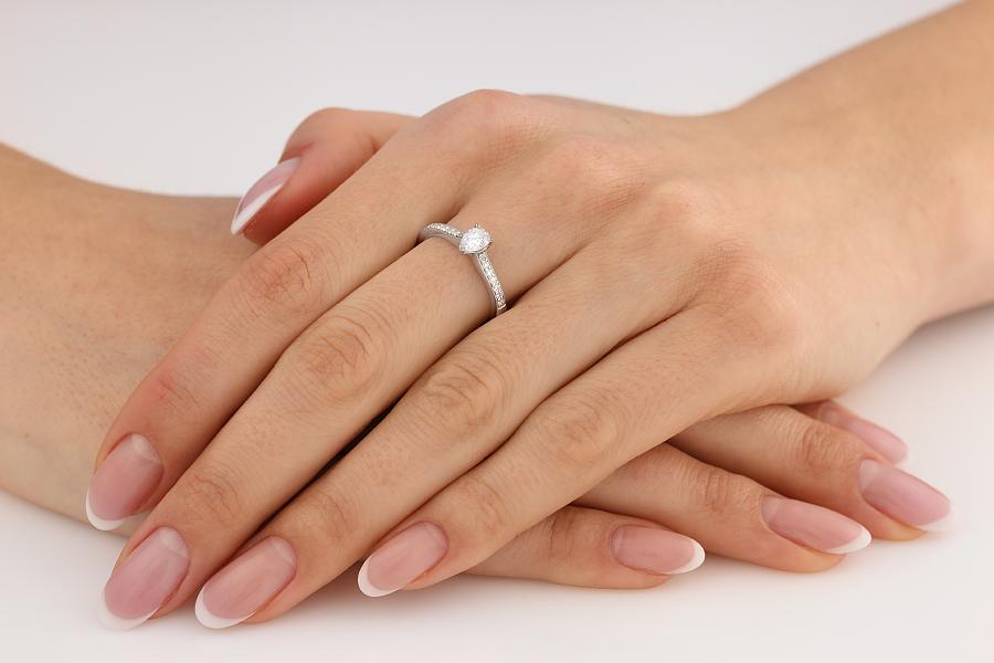 Inel de Logodna Solitaire cu Diamante Mici pe Lateral Dama Aur Alb 18kt cu un Diamant Forma Para si Diamante Rotund Briliant pe Lateral-img1
