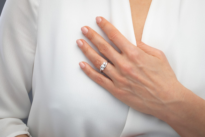 Inel de Logodna cu 3 Diamante Dama Aur Alb 18kt cu 3 Diamante Rotund Briliant in Setare Gheare, Stil Rasucit-img1