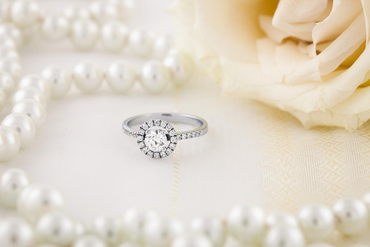 Cocktail Ring mit Diamanten für Dame in 18kt Weißgold mit runden Brillanten in Krappenfassung, Halo-Stil-img1
