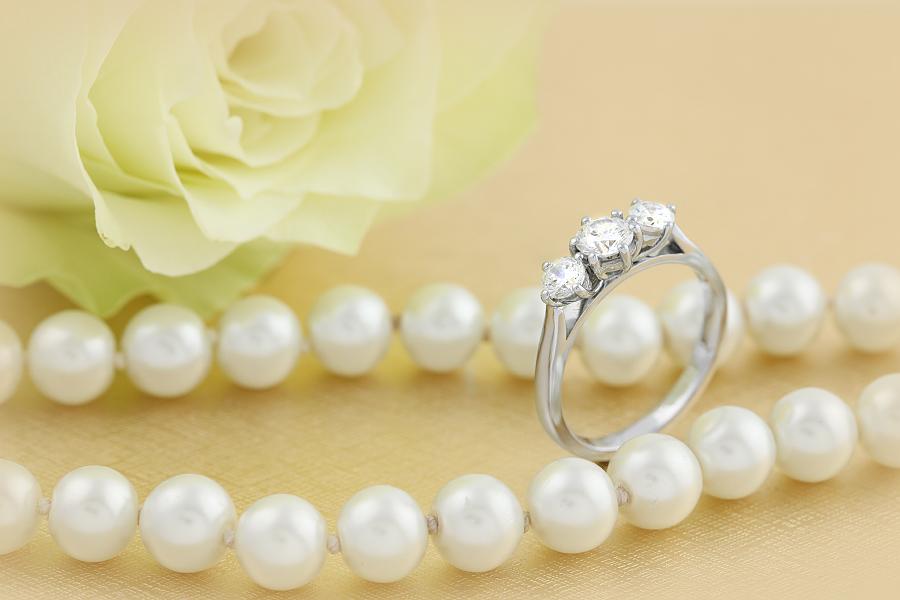 Inel de Logodna cu 3 Diamante Dama Aur Alb 18kt cu Diamante Forma Rotund Briliant in Setare Gheare-img1