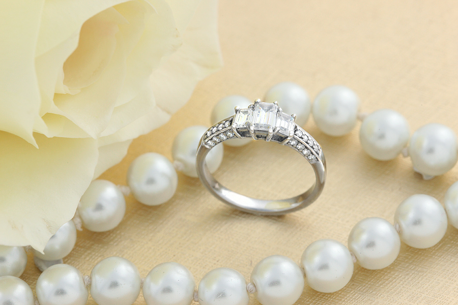 Drei-Steine Verlobungsring mit Schultern für Dame in 18kt Weißgold mit 3 Smaragd Schliff Diamanten und runden Brillanten auf den Schultern-img1