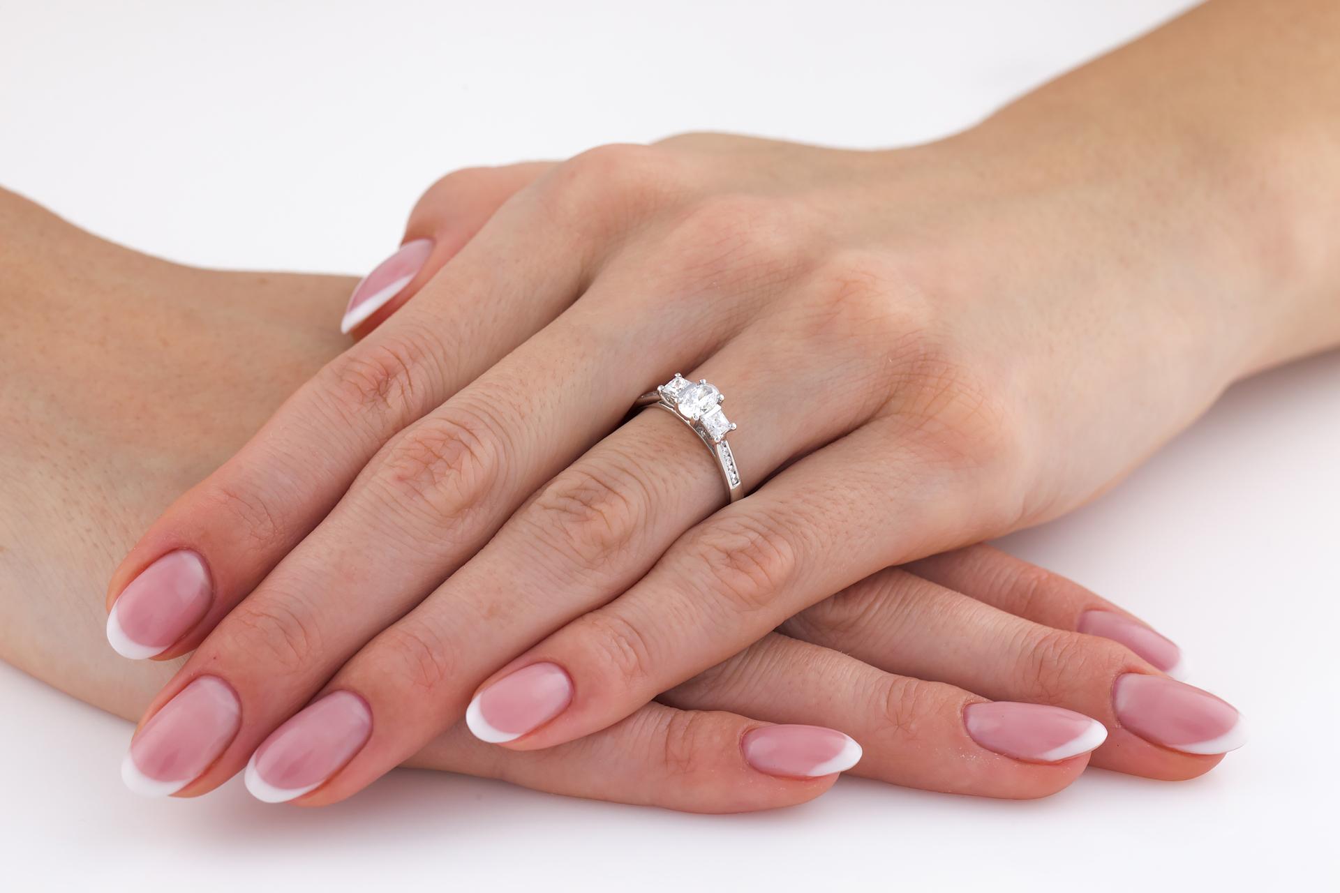 Drei-Steine Verlobungsring mit Schultern für Dame in 18kt Weißgold mit einem ovalen Diamanaten und 2 Princess Diamanten & runden Brillanten auf den Schultern-img1