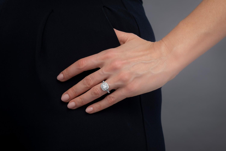 Art Deco Ring mit Diamanten für Dame in Platin mit einem Kissenschliff Diamanten umgeben von kleinen Brillanten, Halo-Stil-img1