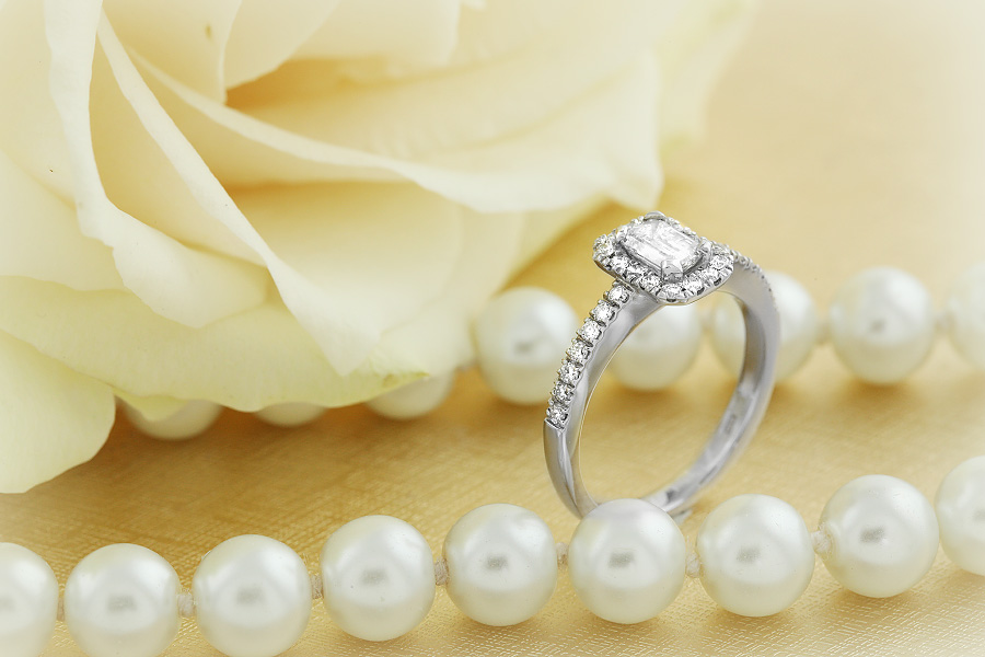 Inel de Logodna cu Diamante Dama Aur Alb 18kt cu Diamant Forma Smarald si Diamante Rotunde Briliant-img1