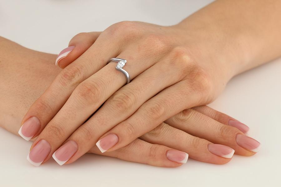 Inel de Logodna Solitaire Dama Aur Alb 18kt cu un Diamant Forma Marchiza, Inel Twist-img1