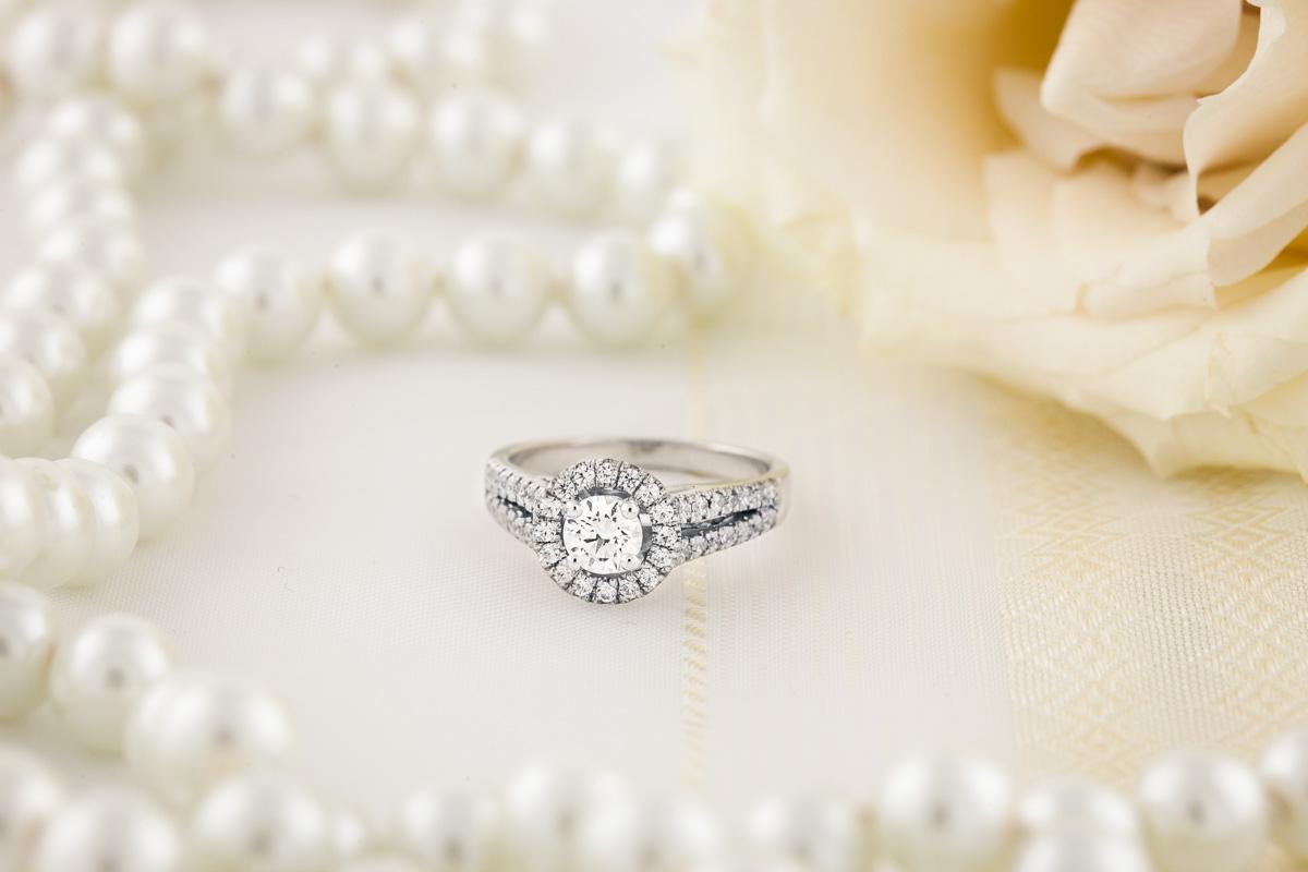 Inel de Logodna cu Mai Multe Diamante Dama Aur Alb 18kt cu un Diamant Central Rotund Briliant si Diamante Rotund Briliant pe Margini Toate in Setare Gheare-img1