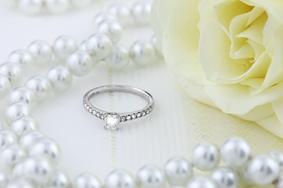 Inel de Logodna Solitaire cu Diamante Mici pe Lateral Dama Aur Alb 18kt cu Diamant Central Forma Smarald si Diamante Rotund Briliant Mici-img1