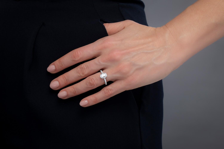 Inel Cocktail/ Inel de Logodna cu Diamante Dama Aur Alb 18kt cu un Diamant Oval si Diamante Rotunde Briliant-img1