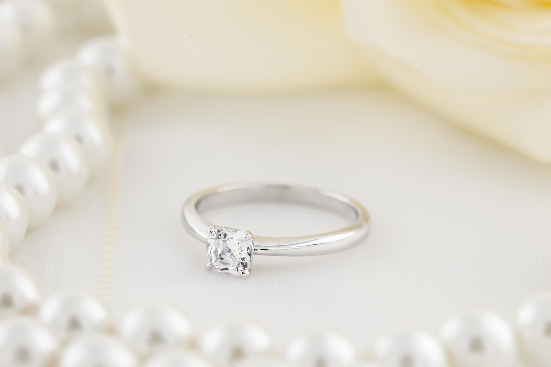 Inel de Logodna Solitaire Dama Aur Alb 18kt cu un Diamant Cushion in Setare cu 4 Gheare-img1