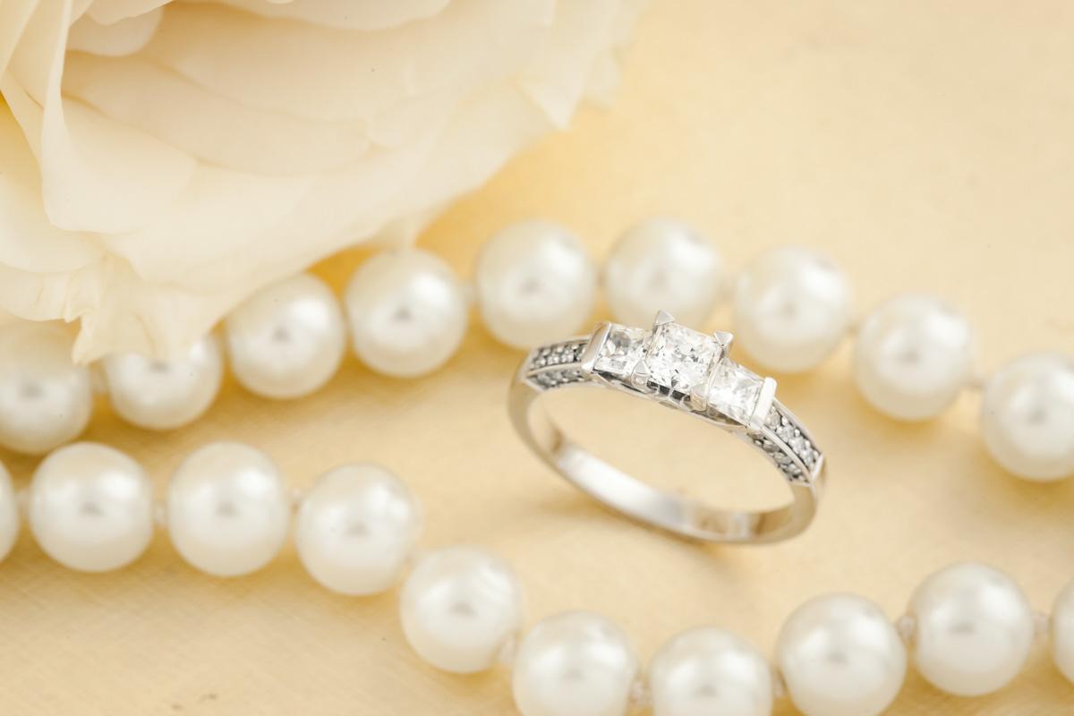 Inel de Logodna cu 3 Diamante Dama Aur Alb 18kt cu 3 Diamante Princess si Diamante Rotund Briliant pe Margini-img1