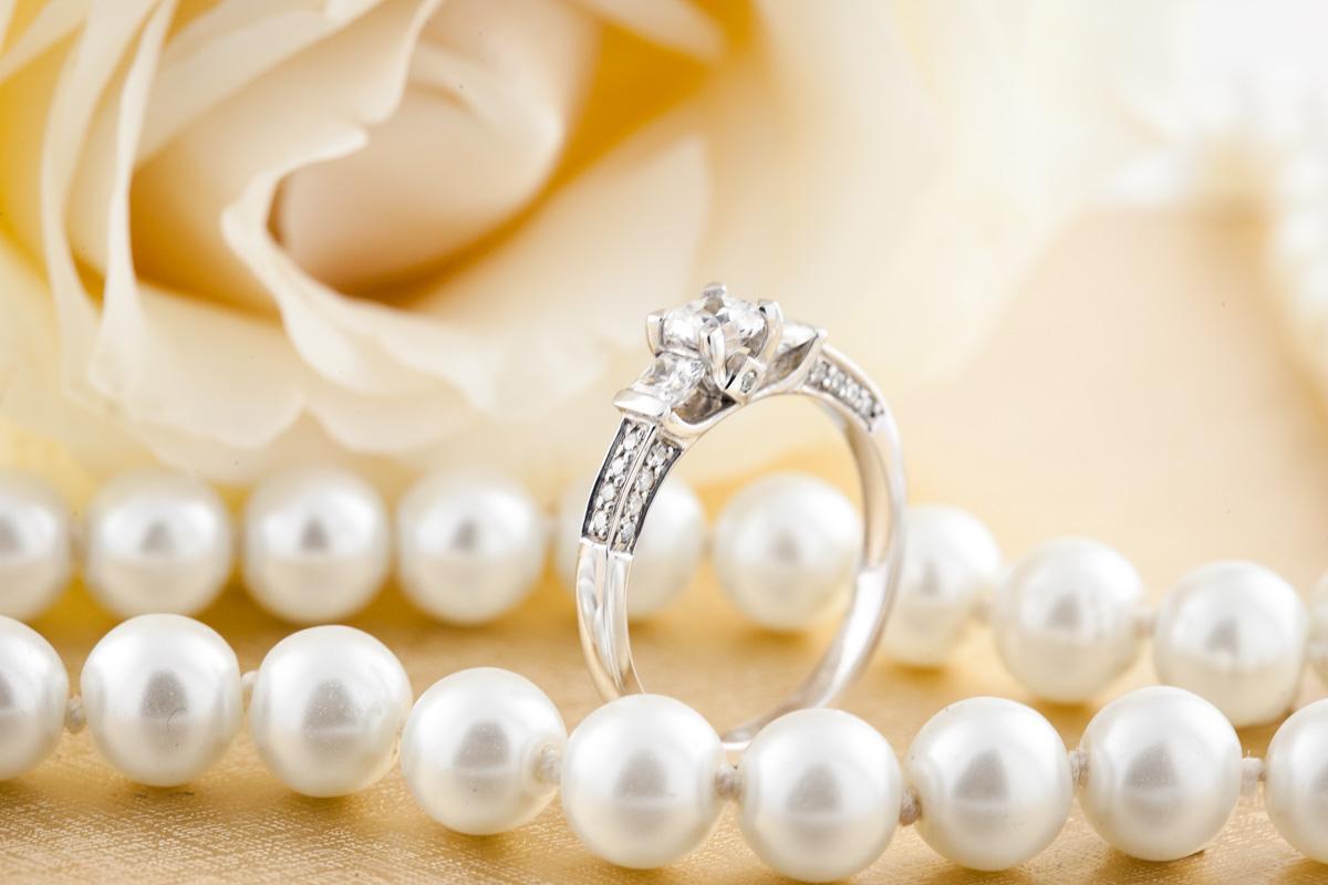 Trilogie Ring für Dame in 18kt Weißgold mit 3 Princess Schliff Diamanten und Schultern mit runden Brillantschliff Diamanten-img1