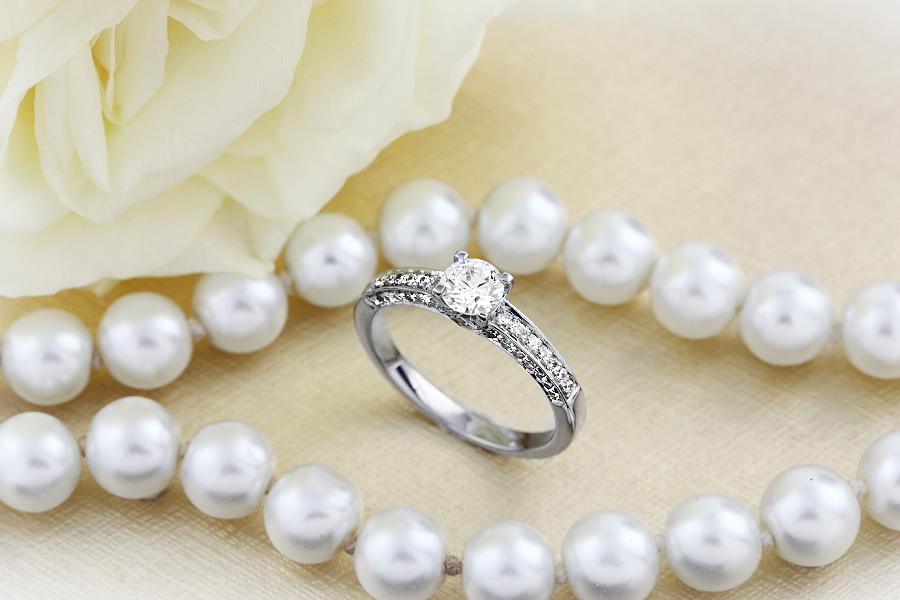 Inel de Logodna cu Diamante Dama Aur Alb 18kt cu un Diamant Rotund Briliant in Centru si pe Margini in Setare Gheare-img1