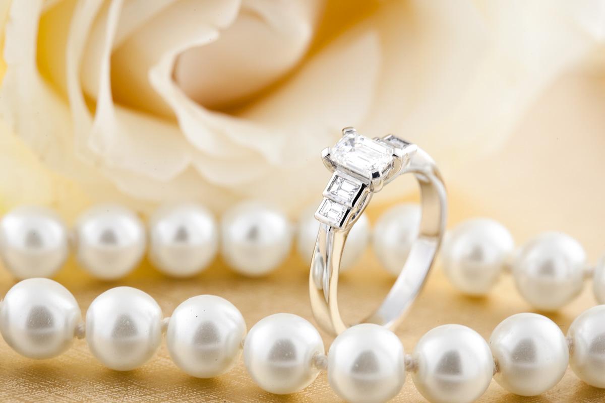 Verlobungsring mit Diamanten für Dame in Platin mit einem Smaragd Schliff Diamanten in der Mitte und vier Baguette Schliff Diamanten-img1