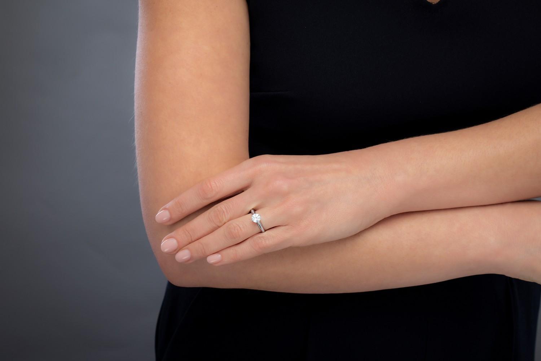 Inel de Logodna Solitaire Dama Aur Alb 18kt cu un Diamant Rotund Setat cu 6 Gheare-img1