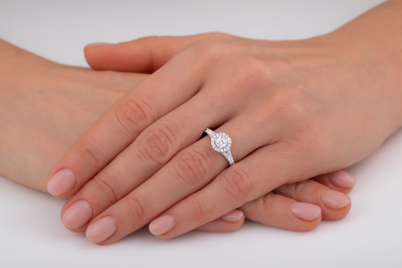 Inel Cocktail/ Inel de Logodna cu Diamante Dama Aur Alb 18kt cu un Briliant Rotund Central si Diamante Laterale, Stil Halo-img1