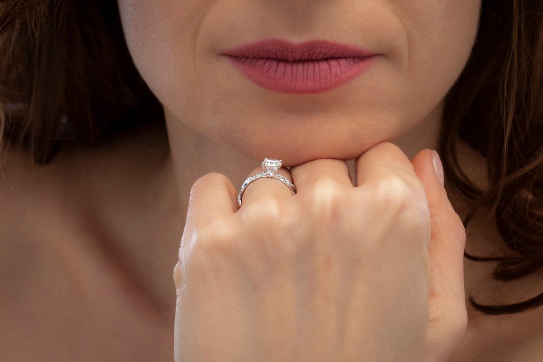 Inel de Logodna Solitaire cu Diamante Mici pe Lateral Dama Aur Alb 18kt cu Diamante Rotunde Briliant si Design Impletit-img1