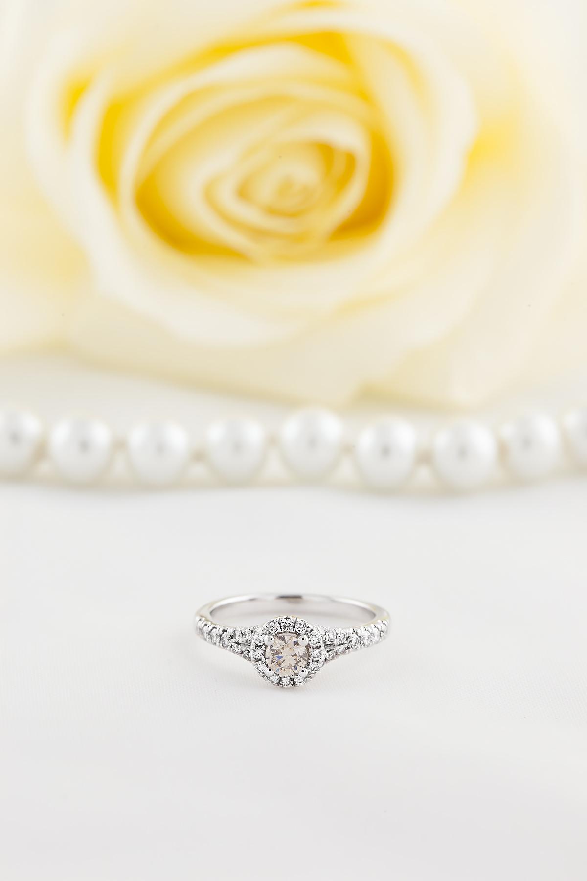 Inel Cocktail/ Inel de Logodna cu Diamante Dama Aur Alb 18kt cu un Briliant Rotund Central Sampanie si Diamante Laterale Albe Stralucitoare, Stil Halo-img1