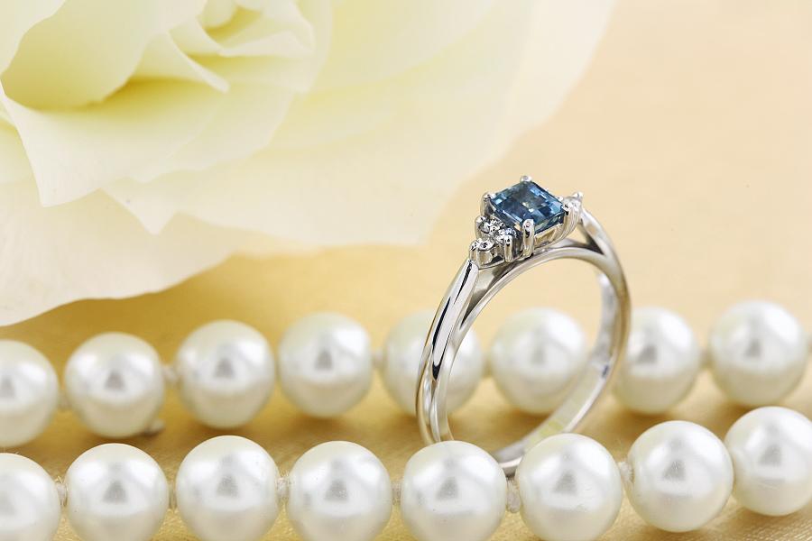 Inel cu Acvamarin si Diamant Dama Aur Alb 18kt cu un Acvamarin si Diamante Rotund Briliant pe Margini-img1
