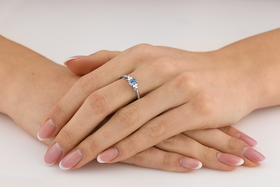 Inel cu Acvamarin si Diamant Dama Aur Alb 18kt cu Acvamarin Oval si 3 Diamante Rotund Briliant pe Fiecare Parte-img1