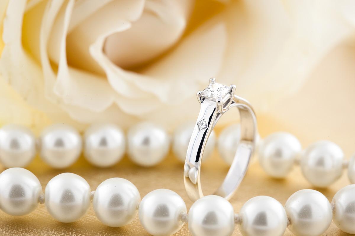 Inel de Logodna Solitaire Dama 950 Platina cu Diamant Princess Setat cu Gheare si 2 Diamante Laterale Mici-img1