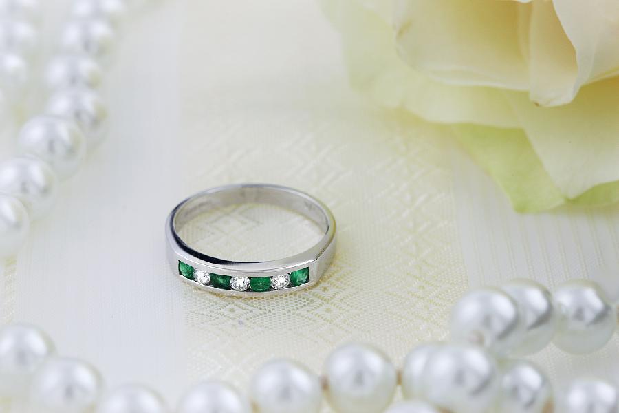 Smaragd und Diamant Ring für Dame in 18kt Weißgold mit 7 Steinen in Kanalfassung-img1