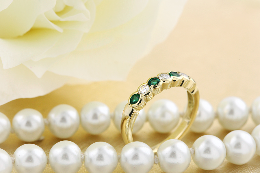 Emerald and Diamond Eternity Ring for Women in 18ct yellow gold with 4 round emeralds and 3 round brilliant cut diamonds, all in a rub-over setting-img1